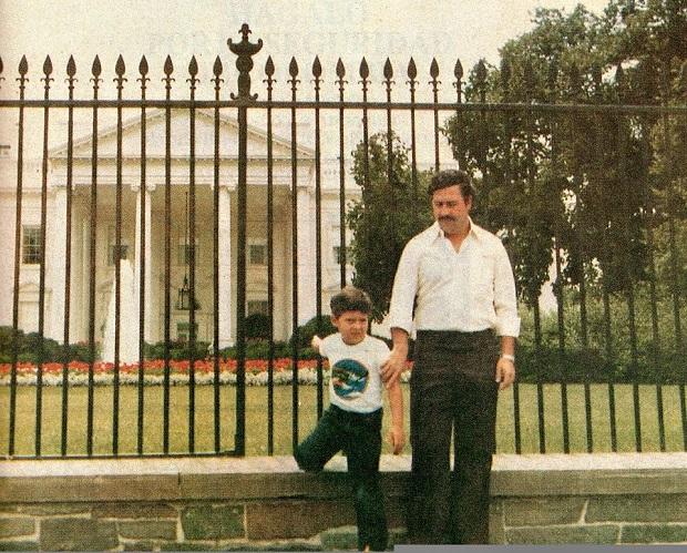 Pablo Escobar y su hijo frente a la Casa Blanca