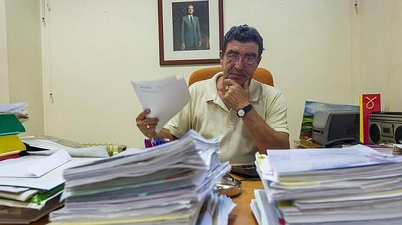 El juez Emilio Calatayud inundado de papelajos
